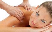 Mujer sonriente, disfrutando de un masaje — Foto de Stock