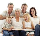 Leende observera fotografiet familjalbum — Stockfoto