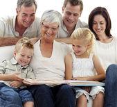 Glückliche familie beobachtende photoalbum — Stockfoto