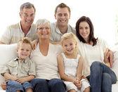 家庭在沙发上的肖像 — 图库照片