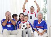 Rodzina oglądać mecz w telewizji piłki nożnej — Zdjęcie stockowe