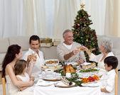 Avós e pais tusting em um jantar de natal — Foto Stock