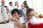 Dzieci poszukuje prezenty na boże narodzenie buty — Zdjęcie stockowe