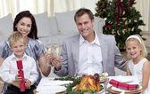 Los padres brindando con vino en la cena de navidad — Foto de Stock