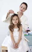 Mother brushing her daughter's hair — Stock Photo
