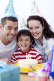 маленький мальчик, празднует свой день рождения с родителями — Стоковое фото
