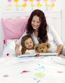 母亲和女儿的卧室里阅读 — 图库照片