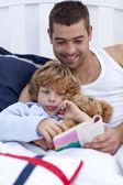 小男孩与他的父亲读一本书 — 图库照片