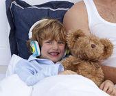 Chico escuchando música en dormitorio — Foto de Stock