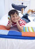 Niño feliz escuchando música con auriculares en — Foto de Stock