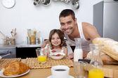 彼女の父親と一緒に朝食を持っていることの娘 — ストック写真