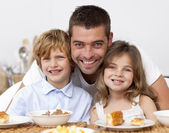 子供は、父親と一緒に朝食を持っています。 — ストック写真