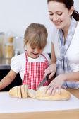 Madre e hija cortar pan — Foto de Stock