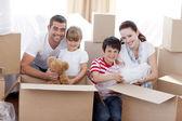 Familie umzug mit kästen um — Stockfoto