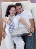 Покупка онлайн дома с thums пара — Стоковое фото