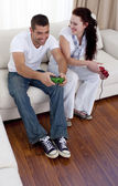 Frineds playing video games in living-room — Stock Photo