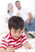 リビング ルームの床の上を描く笑顔の子供 — ストック写真