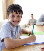 Niño pintando con colores coloridos en casa — Foto de Stock