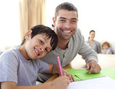 男孩与他的父亲在家里画 — 图库照片