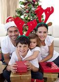 Piękne rodziny daje prezenty na boże narodzenie — Zdjęcie stockowe