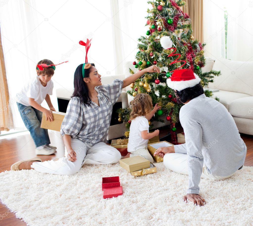 decorar uma arvore de natal : decorar uma arvore de natal: Família decorar uma árvore de Natal — Imagem de Stock #10294025