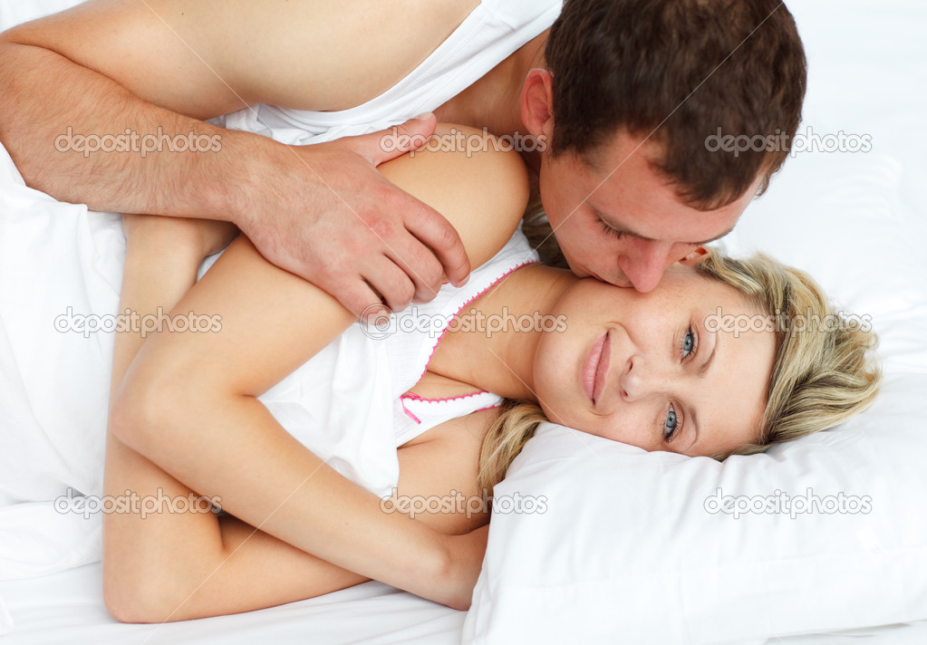 kissing girlfriend boyfriend on bed games