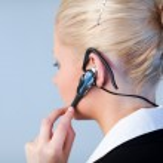žena mluvila na sluchátka s důrazem na sluchátka — Stock fotografie #10301028