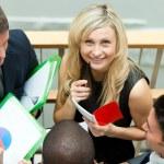 Улыбаясь бизнесвумен, работать с ее коллегами на лестнице — Стоковое фото