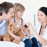 Концентрированный азиатских женщина-врач, давать маленькой девочкой сиропом — Стоковое фото