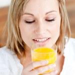 一个美丽的女人抱着桔子汁的肖像 — 图库照片 #10304604