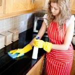 Очаровательная женщина, работа по дому — Стоковое фото