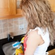 Foto Stock: Caucasiwomdoing dishes