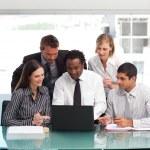 Бизнес, используя ноутбук вместе — Стоковое фото