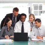 Бизнес-команда, с помощью ноутбука вместе — Стоковое фото