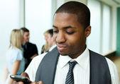 美国黑人商人发短信在办公室 — 图库照片