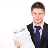 Człowiek trzyma się jego irs zwraca formularz — Zdjęcie stockowe
