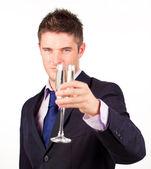 Uomo d'affari tenendo un bicchiere di champagne — Foto Stock