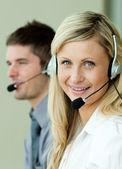 Dois negócios trabalhando com fones de ouvido — Fotografia Stock