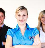Belle femme d'affaires avec son équipe en arrière-plan — Photo