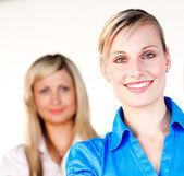 Empresaria sonriendo a la cámara con su colega — Foto de Stock