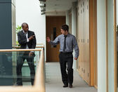 Empresários, despedindo-se em um corredor — Foto Stock