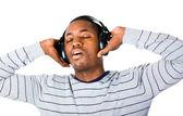 Jeune adulte, écouter de la musique — Photo