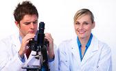 Informatik-Studenten, die auf der Suche durch ein Mikroskop — Stockfoto
