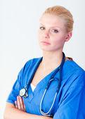 Médecin souriant à la caméra — Photo