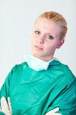 Femme médecin à la recherche de graves — Photo