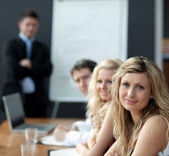 Business lagarbete med man ger presentation — Stockfoto