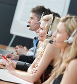 Equipe de trabalho em um call center — Foto Stock