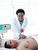 Afro-amerykański lekarz bada pacjenta — Zdjęcie stockowe