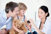 Confident female doctor giving syrup to a little girl — Stockfoto