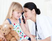 Aziatische arts behandeling meisje met medische apparatuur — Stockfoto